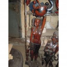 une statuaire symbole de la femme noire portant des fruits