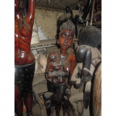 une statuaire symbole de la femme noire portant un enfant